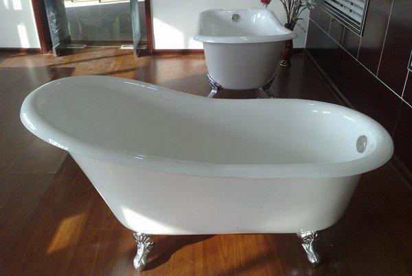 Traditionele gietijzeren bathtub bad op pootjes vrijstaand bad