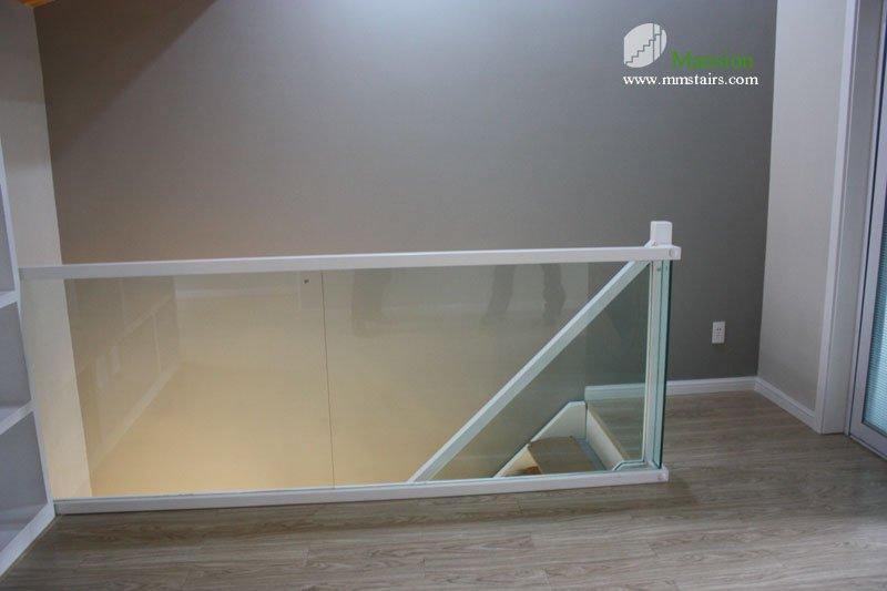 escaleras de madera vidrio barandilla