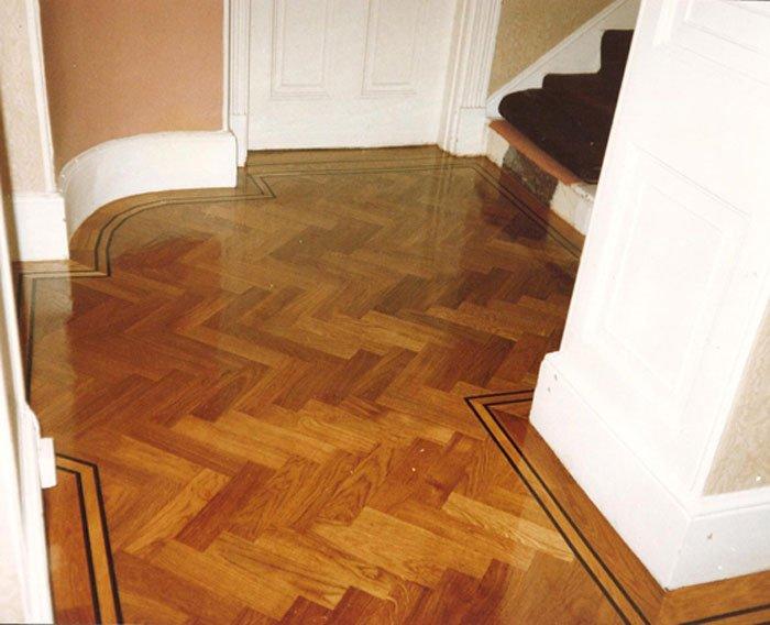 Oak wood herringbone parquet flooring pitch oak parquet for Wood floor knocking block
