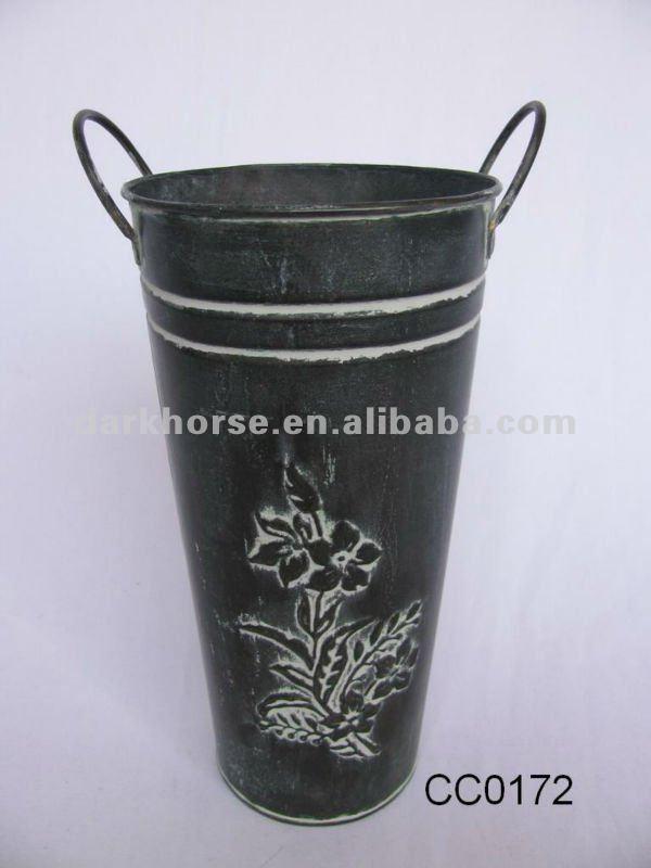 Металлическая ваза для цветов
