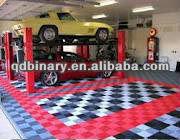 Svuoti il parcheggio garage magazzino interno con grandi porte