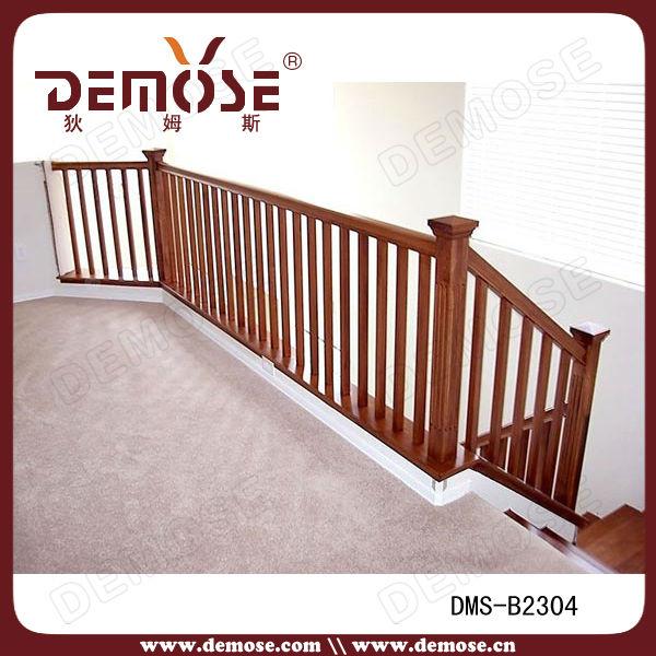 barandilla pasamanos de la escalera simple de madera en interiores